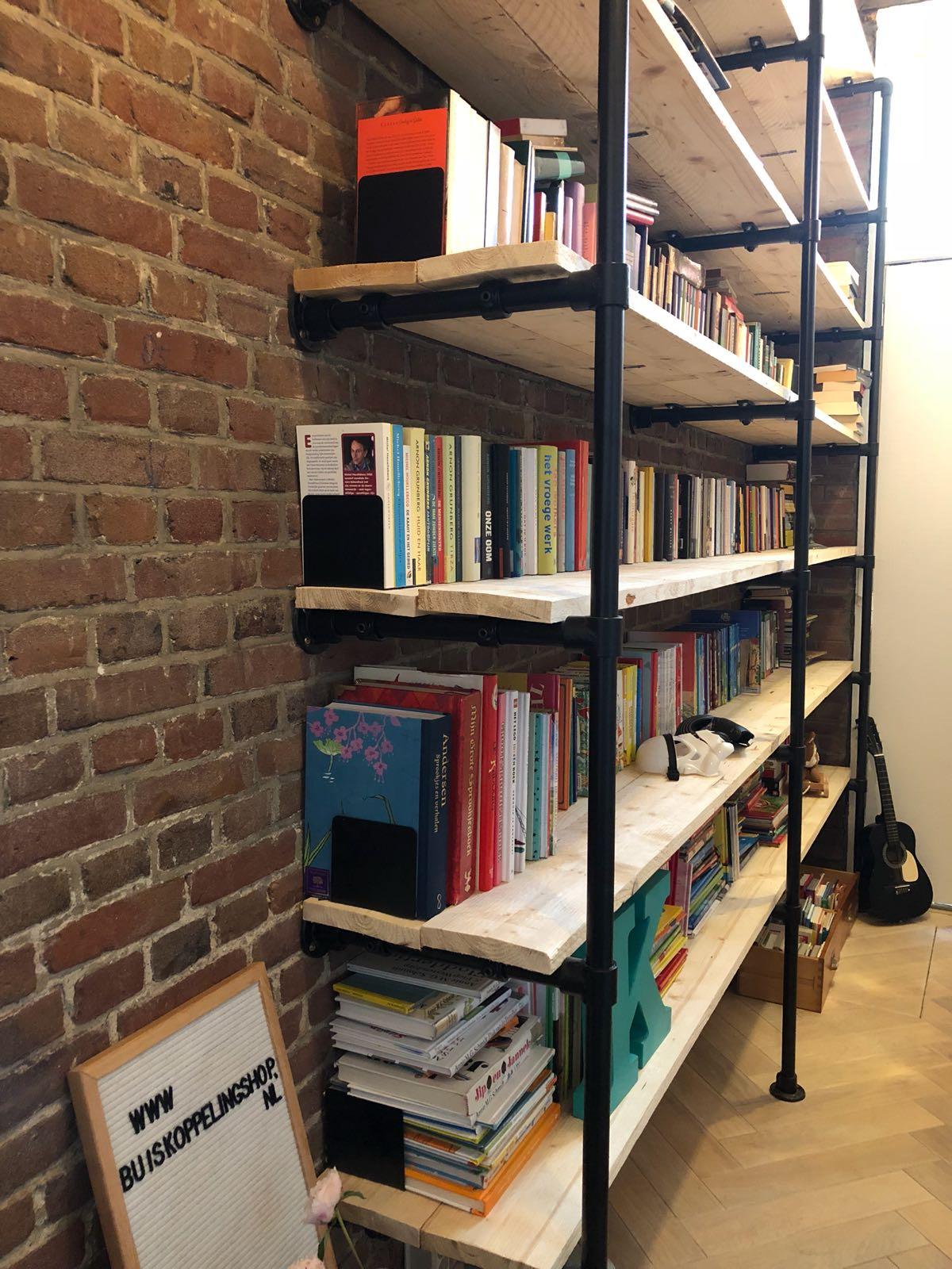 Zwarte steigerbuis boekenkast op maat